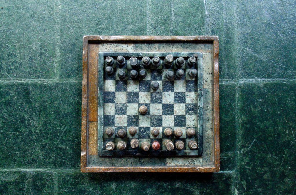 fundo de pedra verde com tabuleiro de xadrez antigo simulando diversidade corporativa