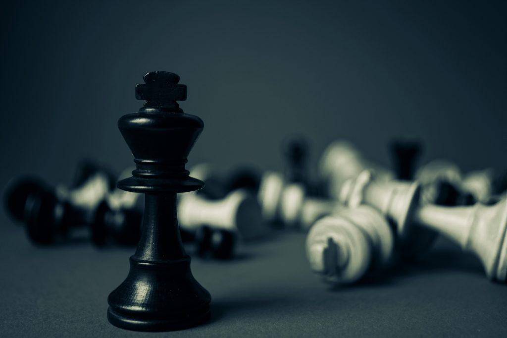 Peças de xadrez com fundo desfocado.